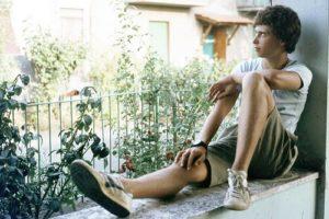 adolescente seduto alla finestra
